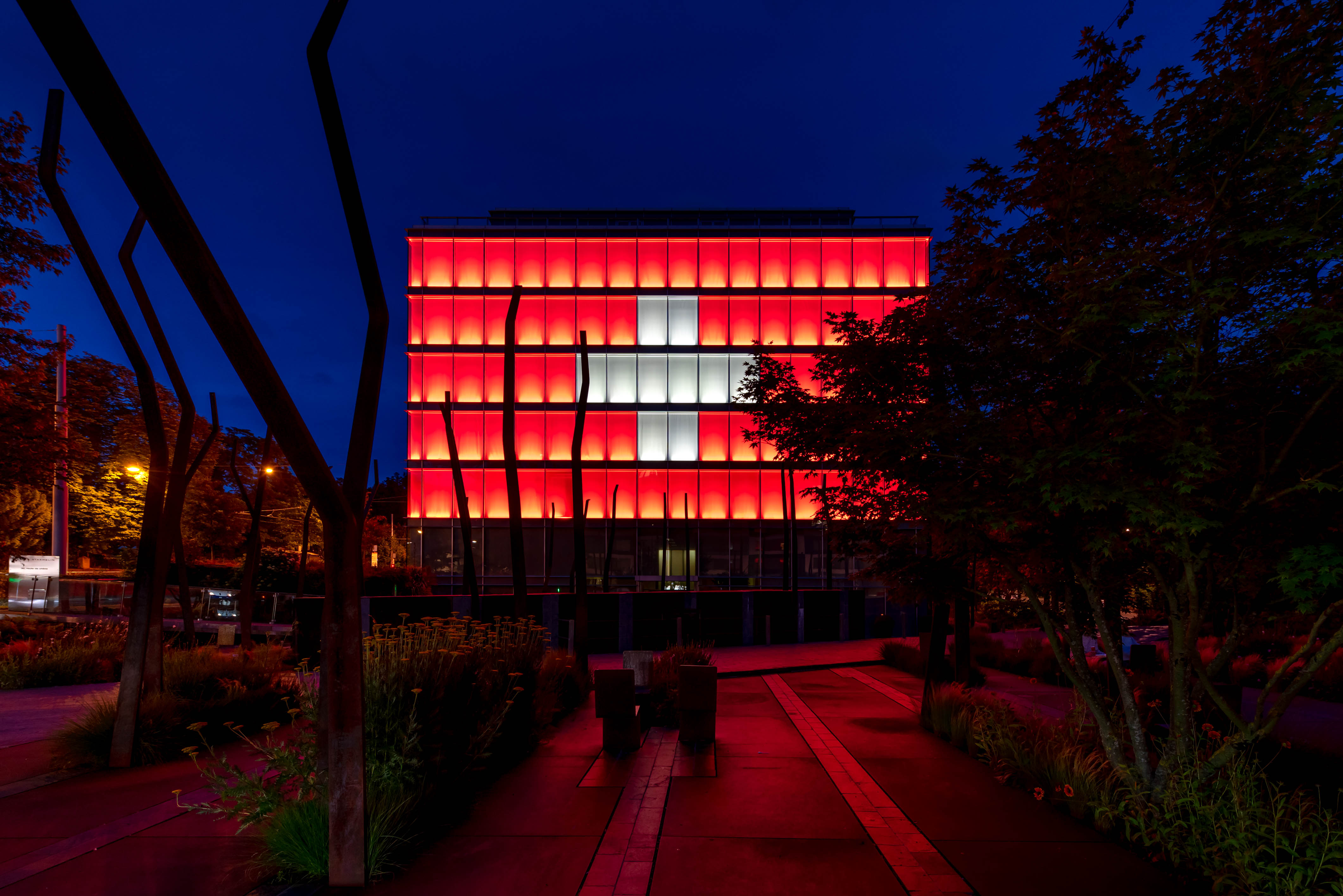 Amandolier Building Ginebra bandera suiza